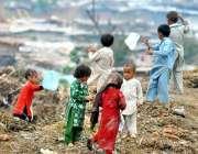 راولپنڈی: کچی بستی میں بچے شاپنگ بیگ کو پتنگ بنا کر ہوا میں اڑا رہے ہیں۔