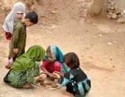 راولپنڈی: کچی بستی میں بچے افغان بچے مٹی کے گارے سے کھلونے بنانے میں ..