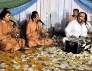راولپنڈی: پریس کلب میں منعقدہ محفل سماع کے اختتام پر شہرت یافتہ قوال ..