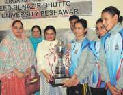 پشاور: انٹر سٹی ویمن والی بال چمپئن شب کی فاتح ٹیم کو مہمان خصوصی ٹرافی ..