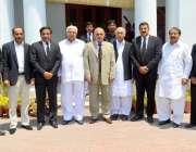 لاہور: گورنر پنجاب ملک محمد رفیق رجوانہ کے ہمراہ بار ایسوسی ایشن کے ..