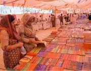 لاہور: قائداعظم لائبریری میں منعقدہ کتاب میلے میں خواتین سٹالز پر کتابوں ..
