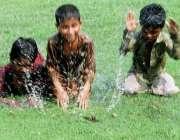 لاہور: کمسن بچے مقامی پارک میں کھڑے پانی میں اٹھکھیلیاں کر رہے ہیں۔