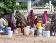 راولپنڈی: مریڑحسن چوک کے علاقے میں پانی کی بندش کے باعث شہری پانی کے ..