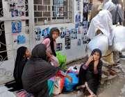 راولپنڈی: احاطہ کچہری میں جیل سے لائے گئے قیدیوں کو ملنے والے ملاقاتی ..