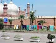 لاہور: بادشاہی مسجد کے باہر جنگلے پر شہری نے کپڑے خشک کرنے کے لیے ڈال ..