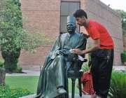 لاہور: الحمراء: کے صحن میں ایک ملازم شاعر مشرق علامہ محمد اقبال کے ماڈل ..