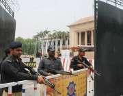 لاہور: پنجاب اسمبلی کے اجلاس کے موقع پر پولیس اہلکار مال روڈ کی طرف ..