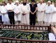 لاہور: تحریک انصاف کی کور کمیٹی کے رکن و سابق گورنر پنجاب چوہدری محمد ..