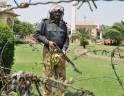 لاہور: پنجاب اسمبلی کے اجلاس کے موقع پر ایک پولیس اہلکار دھوپ سے بچنے ..