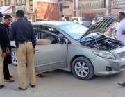راولپنڈی: محافظ اسکواڈ کے اہلکار لیاقت باغ چوک میں ایک گاڑی کی چیکنگ ..