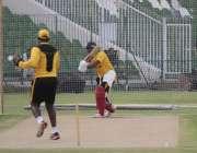 لاہور: قذافی اسٹیڈیم میں زمبابوے کرکٹ ٹیم کے کھلاڑی پریکٹس کر رہے ہیں۔