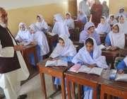کوئٹہ: مئیر کوئٹہ کلم اللہ کاکڑ فاطمہ جناح ہائی سکول کے دورے کے موقع ..