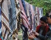 لاہور: گرمی سے بچاؤ کے لیے شہری رومال خرید رہے ہیں۔