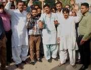 لاہور: صوبائی بیت المال کے ملازمین اپنے آفیسر کی غنڈہ گردی کے خلاف احتجاج ..