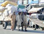 راولپنڈی: تپتی دھوپ اور سخت گرمی میں تین مزدور بھاری سامان ریڑھے کے ..
