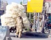 راولپنڈی: عمر رسیدہ مزدور ریڑھے پر روم کولر کی خسین لادھ کر گودام منتقل ..