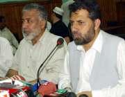 پشاور: صوبائی وزیر بلدیات عنایت اللہ پریس کانفرنس سے خطاب کر رہے ہیں۔