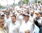 پشاور: واپڈا ملازمین اپنے مطالبات کے حق میں احتجاجی مظاہرہ کر رہے ہیں۔
