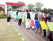 اسلام آباد: میٹر و بس سیکرٹریٹ سٹیشن پر لوگ ٹکٹ لینے کے لیے قطار میں ..