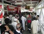اسلام آباد: میٹرو بس سیکرٹریٹ سٹیشن پر لوگ ٹکٹ لینے کے لیے لوگوں کی ..