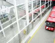 اسلام آباد :میٹرو بس سیکرٹریٹ سٹیشن سے میٹرو بس مسافروں کو لے کر ٹریک ..