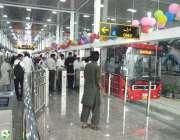 اسلام آباد: میٹرو بس سیکرٹریٹ سٹیشن پر مسافر بس میں سوار ہو رہے ہیں۔
