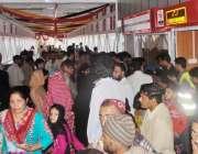 راولپنڈی: کمیٹی چوک میٹرو بس سٹیشن پر لوگ ٹکٹ لینے کے لیے لوگوں کی کثیر ..