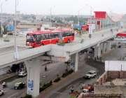 راولپنڈی: کمیٹی چوک میٹرو بس سٹیشن سے مسافروں کو لے کر ٹریک سے گزر رہی ..