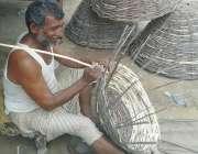 شرقپور: ایک شخص شدید گرمی میں خانچے تیار کر رہا ہے۔