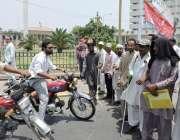 لاہور: نابینا افراد نے اپنے مطالبات کے حق میں مال روڈ احتجاج کے موقع ..
