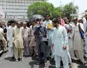 لاہور: نابینا افراد اپنے مطالبات کے حق میں مال روڈ بلاک کر کے احتجاجی ..