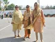 لاہور: خواتین اراکین اسمبلی پنجاب اسمبلی کے اجلاس میں شرکت کے لیے آرہی ..
