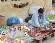 لاہور: بادشاہی مسجد کے قریب ایک شخص نے جوتوں کا سٹال سجا رکھا ہے۔