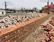 لاہور: شہر میں دوپہر کے وقت شدید گرمی کے باعث ریلوے سٹیشن کے قریب دیوار ..