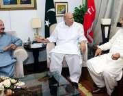لاہور: آئی جی جیل خانہ جات میاں فاروق نذیر اپنے دفتر میں ہیومن رائٹس ..
