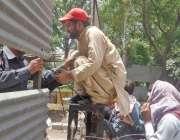 لاہور: نابینا افراد اپنے مطالبات کے حق میں احتجاج کے دوران جنگلہ پھلانگ ..