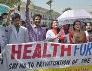 لاہور: ینگ ڈاکٹرز اپنے مطالبات کے حق میں احتجاج کر رہے ہیں۔