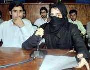 پشاور: الرازی میڈیکل کالج کی طالبہ زرمینہ جعفر ساتھی طلبہ کے ہمراہ ..