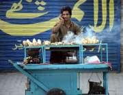 راولپنڈی: ریڑھی بان مری روڈ پر شکر قندی فروخت کر رہا ہے۔
