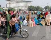 لاہور: مال روڈ پر احتجاج کے باعث موٹرسائیکل سوار بچوں کو لے کر واپس ..