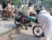 لاہور: مال روڈ پر احتجاج کے باعث شہری فیصل چوک گول چکر سے موٹر سائیکلیں ..