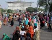 لاہور: لیڈی ہیلتھ ورکرز مال روڈ پر اپنے مطالبات کے حق میں احتجاج کر ..