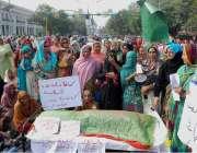 لاہور: لیڈی ہیلتھ ورکرز مال روڈ پر اپنے مطالبات کے حق میں احتجاج کرتے ..