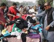 لاہور: شہری لنڈا بازار سے گرم کپڑے خرید رہے ہیں۔