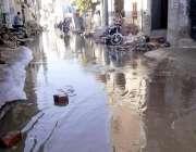 حویلی لکھا: ریلوے روڈ پر سیوریج کا پانی تالاب کا منظر پیش کر رہا ہے جس ..