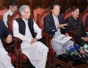 پشاور: چیئرمین پاکستان تحریک انصاف عمران خان پریس کانفرنس سے خطاب کر ..