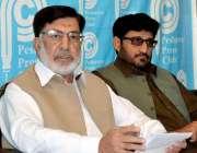 پشاور: الخدمت فاؤنڈیشن کے صدر نورالحق پریس کانفرنس سے خطاب کر رہے ہیں۔