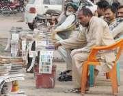 لاہور: رنگ ساز سڑک کنارے کام کے انتظار میں بیٹھے ہیں۔