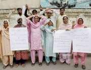 لاہور: سیالکوٹ کے رہائشی اپنے مطالبات کے حق میں احتجاج کر رہے ہیں۔